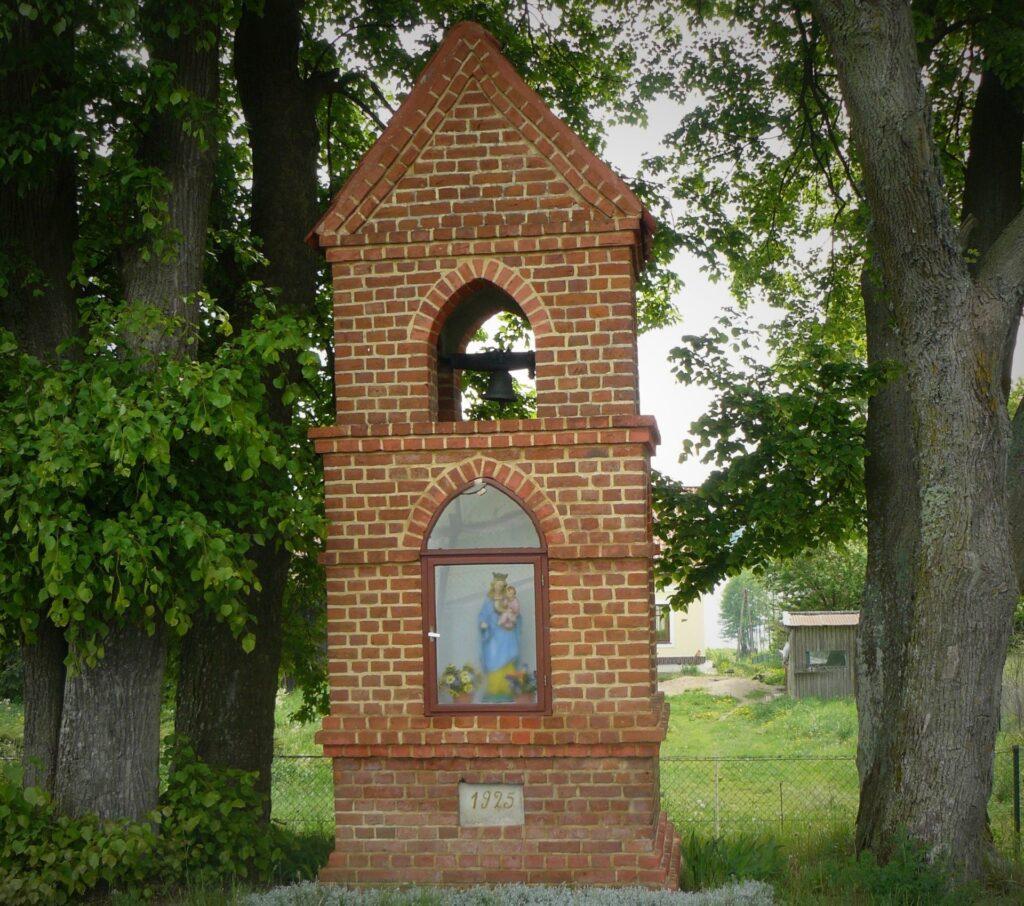 Biesówko kapliczka z dzwonniczką.