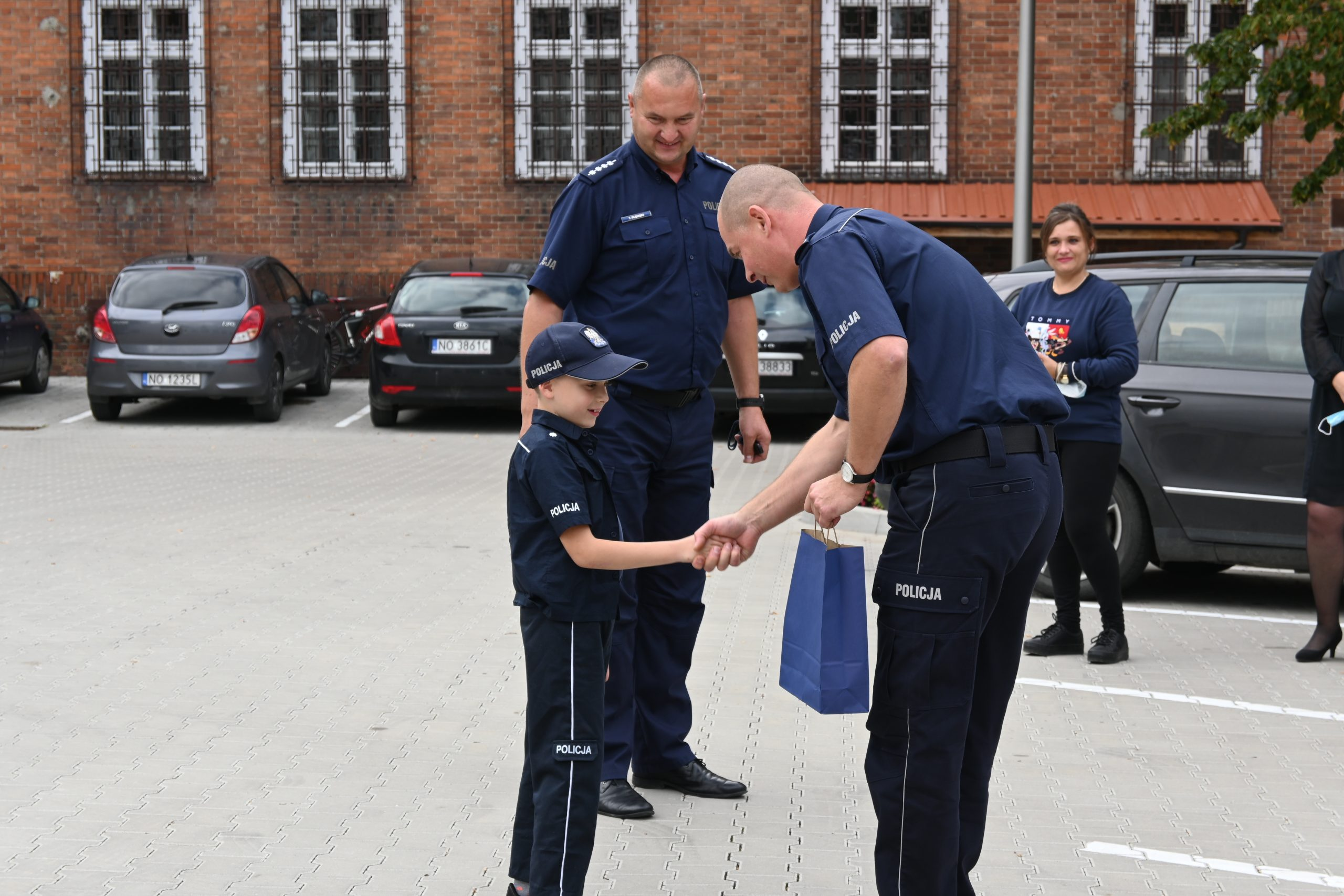 Komendant Komisariatu Policji w Biskupcu dziękuje dla ochotnika za prezentację auta na akumulator