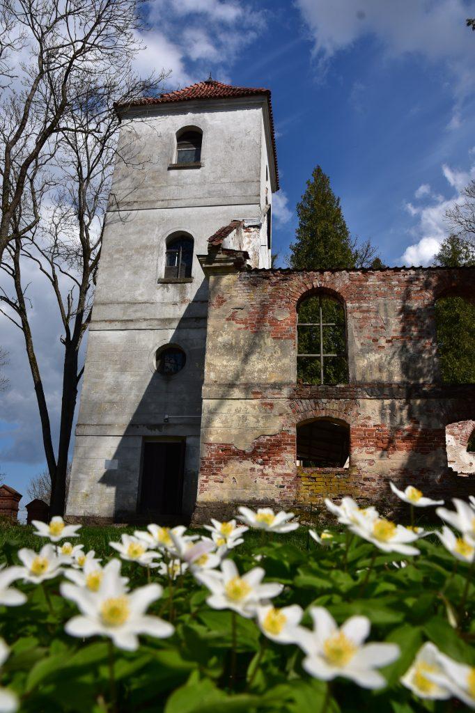 zdjęcie wieży kościoła w Kobułtach