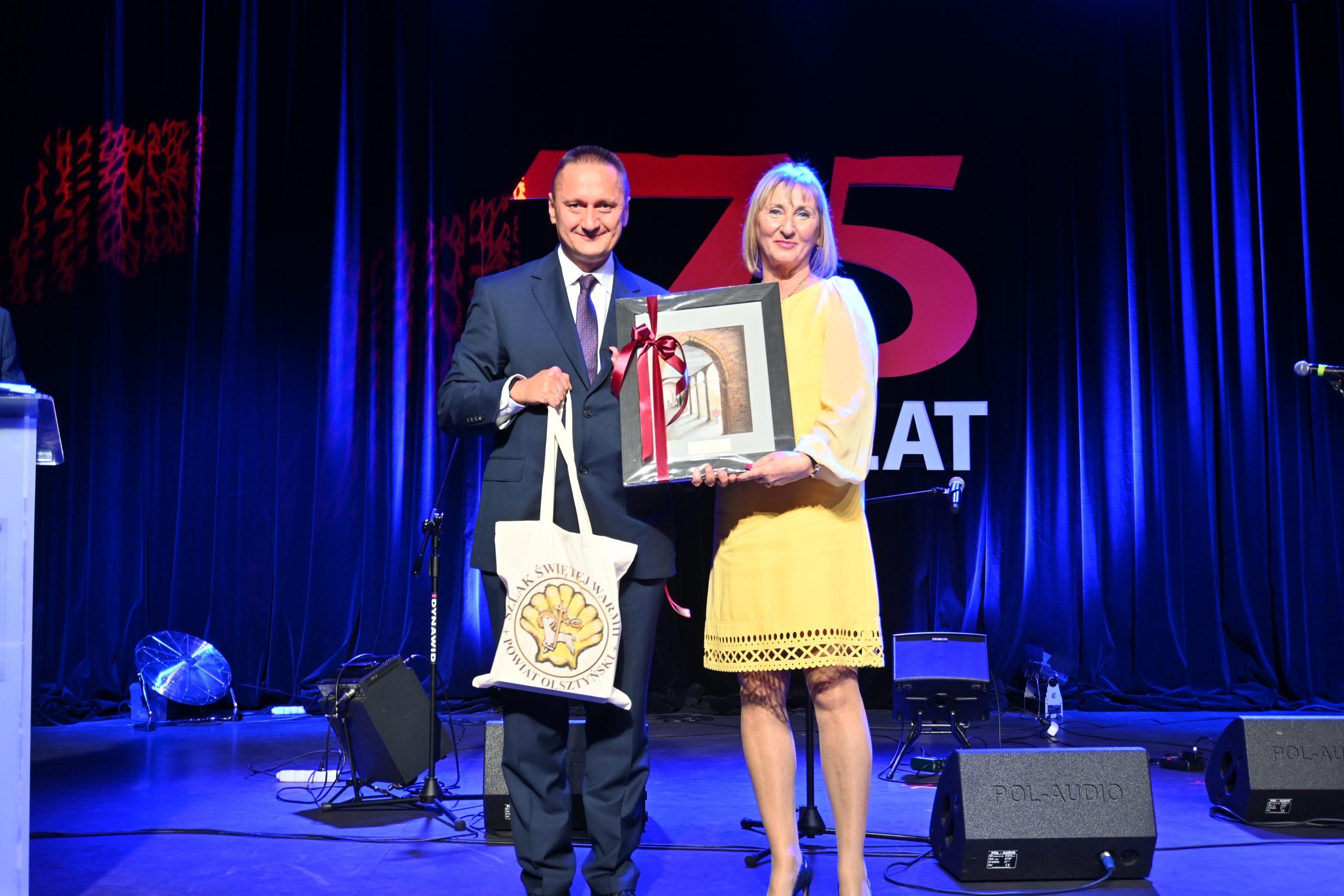Starosta Olsztyński wręcza prezent P. Dyrektor