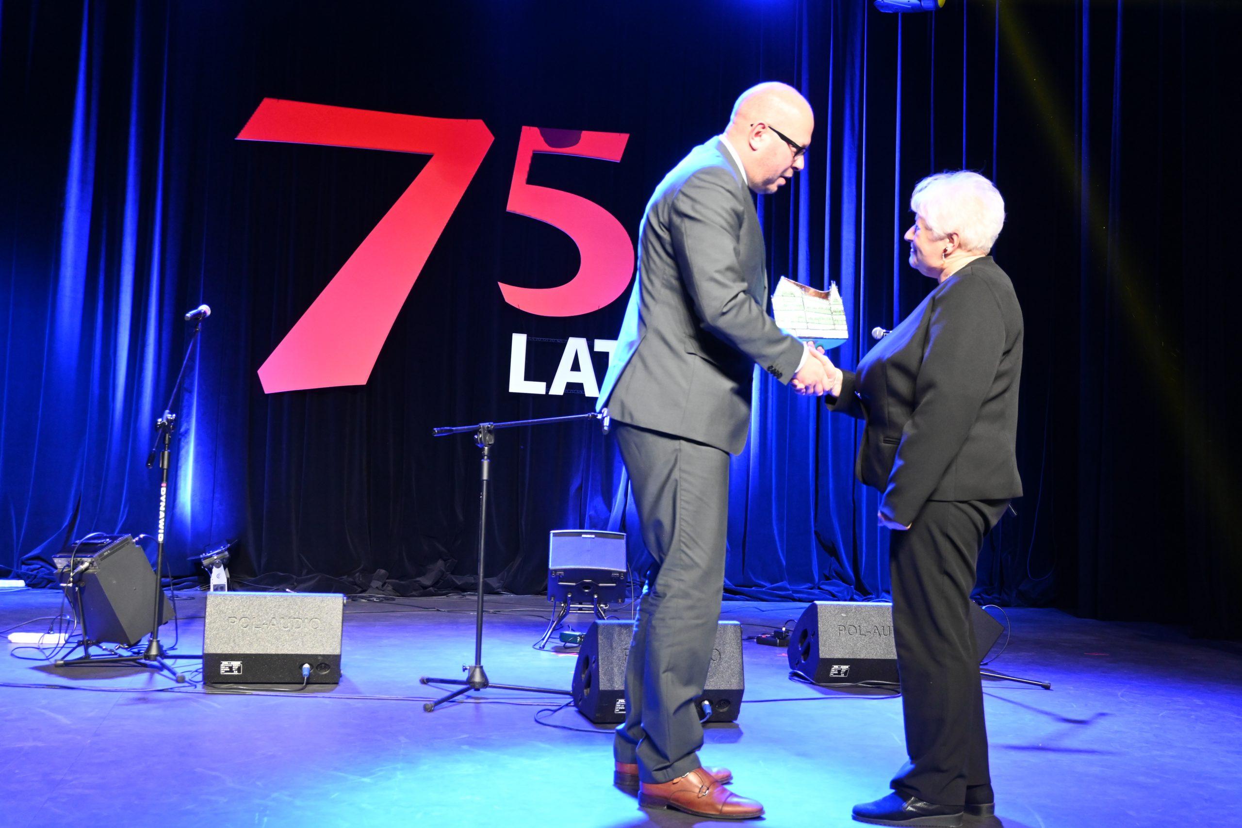 Burmistrz Biskupca wręcza podziękowania byłyemu dyrektorowi biblioteki