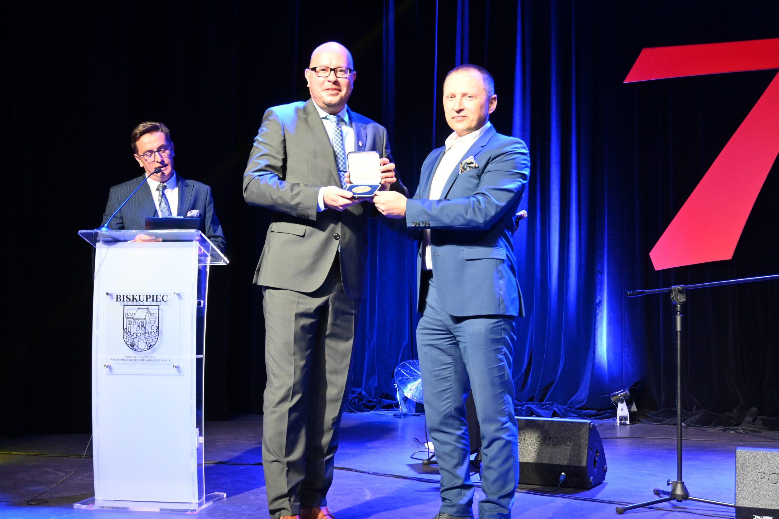Burmistrz Biskupca otrzymuje odznakę Gazety Olsztyńskiej