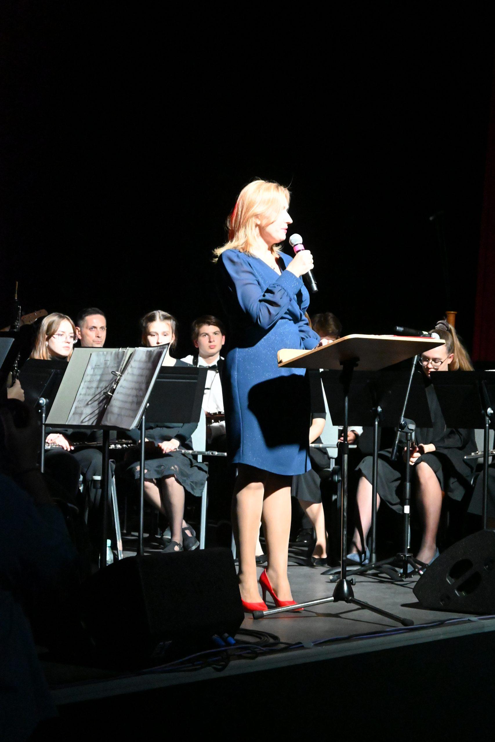 Konferansjer oraz orkiestra na scenie